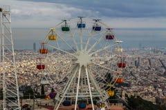 Riesenrad mit Barcelona im Abstand stockfotos