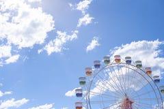 Riesenrad mit blauem Himmel und Wolken Stockbilder