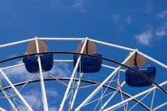 Riesenrad mit blauen Schüsseln gegen blauen Himmel mit dünnen Wolken Lizenzfreie Stockfotos
