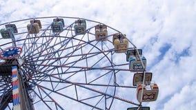 Riesenrad mit einem erstaunlichen Himmel Lizenzfreies Stockfoto