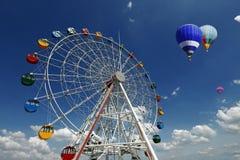 Riesenrad mit Heißluft-Ballon Stockfotografie