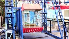 Riesenrad mit mehrfarbigem im Vergnügungspark Retrostilweinlese Unterseitenansicht eines Riesenrads stock footage