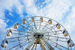 Riesenrad mit nummerierten Kabinen stockfotografie