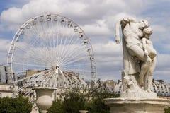 Riesenrad mit Statue stockfoto