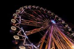 Riesenrad nachts mit einer Bewegungsunschärfe und Blendenflecken Lizenzfreie Stockfotos
