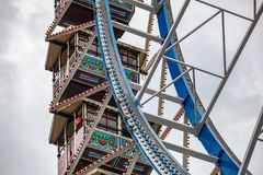 Riesenrad-Nahaufnahmedetailansicht über bewölkten Himmel Oktoberfest, Bayern, Deutschland stockfotos
