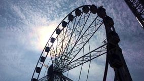 Riesenrad an night Spinnendes Riesenrad stock video