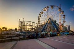 Riesenrad und Achterbahn entlang der Promenade in Daytona B Lizenzfreies Stockfoto