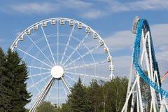 Riesenrad und Achterbahn im Vergnügungspark Lizenzfreie Stockfotografie