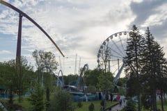 Riesenrad und Achterbahn im Vergnügungspark Stockfotos