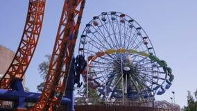 Riesenrad und anderes reitet in den Vergnügungspark Geschossen auf Kennzeichen II Canons 5D mit Hauptl Linsen stock video footage