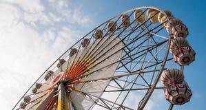 Riesenrad und blauer Himmel und Wolke Stockfotografie
