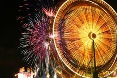 Riesenrad und Feuerwerke Stockbild