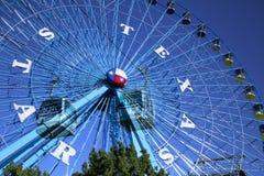 Riesenrad- und Himmelweise am Jahrmarkt Stockfoto