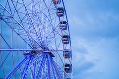 Riesenrad vor blauem Himmel mit Wolken Lizenzfreie Stockfotos