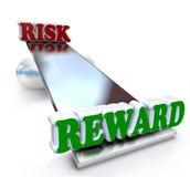 Riesgo contra la comparación de la recompensa en la rentabilidad de la inversión de la balanza Imágenes de archivo libres de regalías