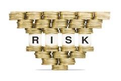 Riesgo de la palabra de la gestión de riesgos en la pila inestable de monedas de oro Fotos de archivo