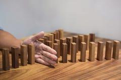 Riesgo y estrategia en el negocio, cierre para arriba de la parada de la mano del hombre de negocios Imagen de archivo