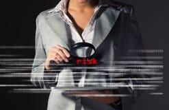 Riesgos encontrados de la mujer de negocios en seguridad de información imagen de archivo