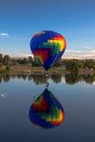 Riesige Ballone über Yakima-Fluss Stockfotografie