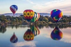 Riesige Ballone über Yakima-Fluss Stockbild