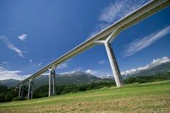 Riesige Brücke und die Alpen Stockbild
