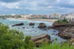Riesige Felsen im Meer Ansicht der Bucht, des Hafens und der Stadt von Biarritz, Aquitanien, Frankreich lizenzfreie stockbilder