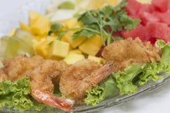Riesige Garnele mit Hecks, Kopfsalat, Tomate und heller Behandlung Lizenzfreies Stockbild