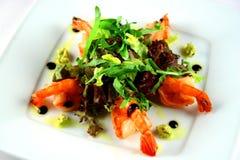 Riesige Garnele mit Hecks, Kopfsalat, Tomate und heller Behandlung Stockbilder