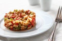 Riesige Garnele mit Hecks, Kopfsalat, Tomate und heller Behandlung Stockfoto