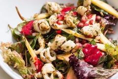 Riesige Garnele mit Hecks, Kopfsalat, Tomate und heller Behandlung Lizenzfreies Stockfoto