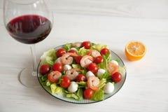 Riesige Garnele mit Hecks, Kopfsalat, Tomate und heller Behandlung lizenzfreie stockbilder
