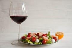 Riesige Garnele mit Hecks, Kopfsalat, Tomate und heller Behandlung lizenzfreie stockfotografie