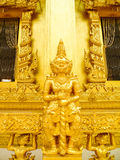 Riesige goldene Skulptur stockfotos