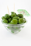 Riesige grüne Oliven in der Schüssel Stockbilder