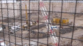 Riesige Grundlagengrube an der Baustelle des Wolkenkratzers lizenzfreie stockfotografie