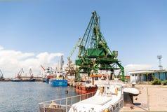 Riesige Hafenkräne am Frachtanschluß Stockbild