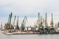 Riesige Hafenkräne am Frachtanschluß Lizenzfreie Stockfotos