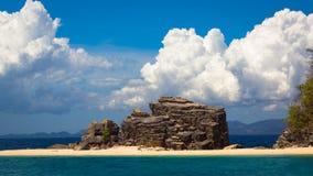Riesige Insel-Felsformation lizenzfreie stockfotografie
