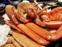 Riesige Krabben, die auf Heizplatte dienen Stockbilder