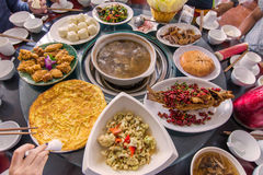 Riesige Menge Lebensmittel auf dem Tisch für Abendessenzeit oder -mittagessen in Res Stockfotos