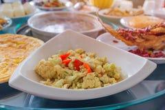 Riesige Menge Lebensmittel auf dem Tisch für Abendessenzeit oder -mittagessen in Res Lizenzfreie Stockfotos