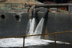 Riesige Mengen Wasserstrom in den Behälter Stockfoto