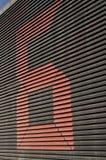 Riesige Nr. sechs auf einem Gebäude Stockfotografie