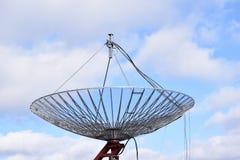 Riesige Satellitenschüssel Stockfoto