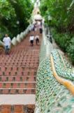Riesige Schlangentreppe auf beiden Seiten der Zeitdauer in einem Tempel Lizenzfreie Stockbilder