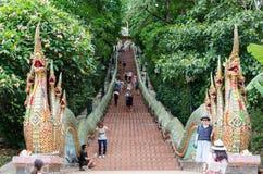 Riesige Schlangentreppe auf beiden Seiten der Zeitdauer in einem Tempel Lizenzfreies Stockbild