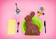 Riesige Schokolade Bunny Concept - auf Rosa Lizenzfreie Stockbilder