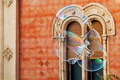 Riesige Seifenblasen und historisches Gebäude 1 Stockfotografie
