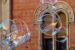 Riesige Seifenblasen und historisches Gebäude Stockbild